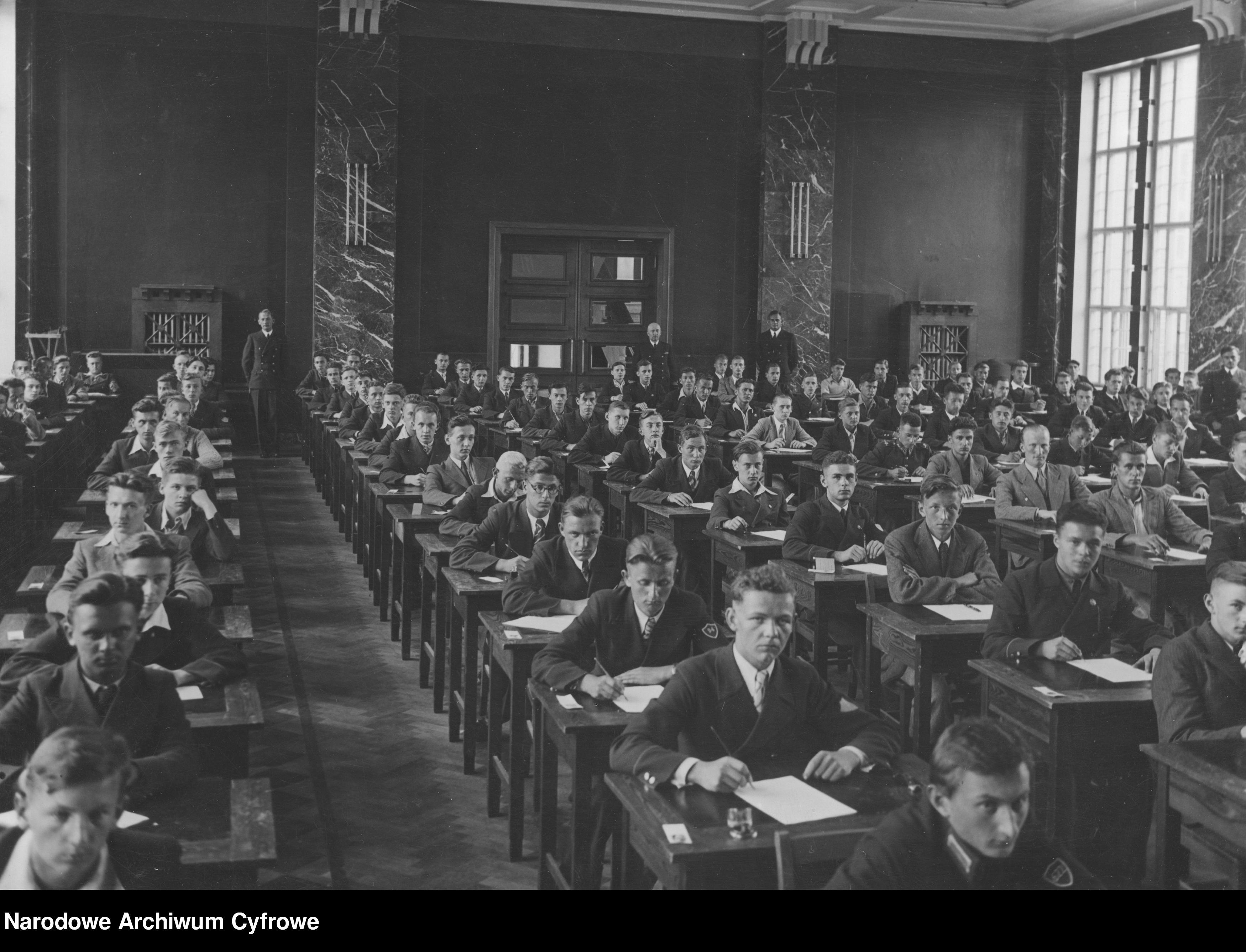 Fotografia ze zbiorów NAC: Egzamin wstępny do Państwowej Szkoły Morskiej w Gdyni